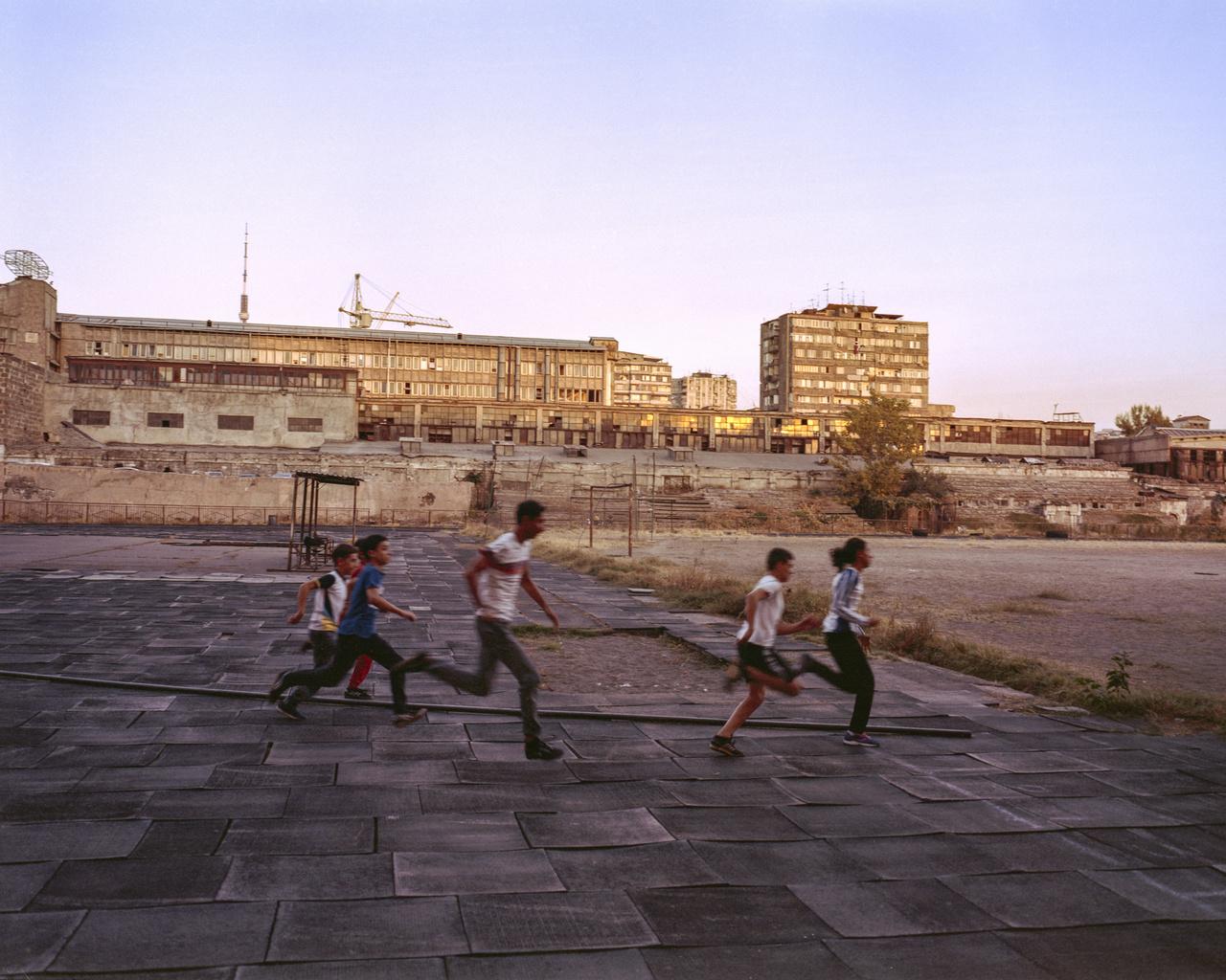 Ahogy mindenhol, Örményországban is a futball a legnépszerűbb sportág. Az örmény válogatott nem túl erős, de már Premier League-futballistát is adtak, Henrik Mihtarjan az Arsenalban játszik. A futball után azok a sportok következnek, amelyek a szovjet időkben voltak erősek. A súlyemelés, a birkózás, a boksz, a torna és a vívás. Zoltai elsősorban ezekre volt kíváncsi. Mindegyikben elég erős a versengés, kis falvaktól a nagyvárosokig mindenütt pörögnek a versenyek.