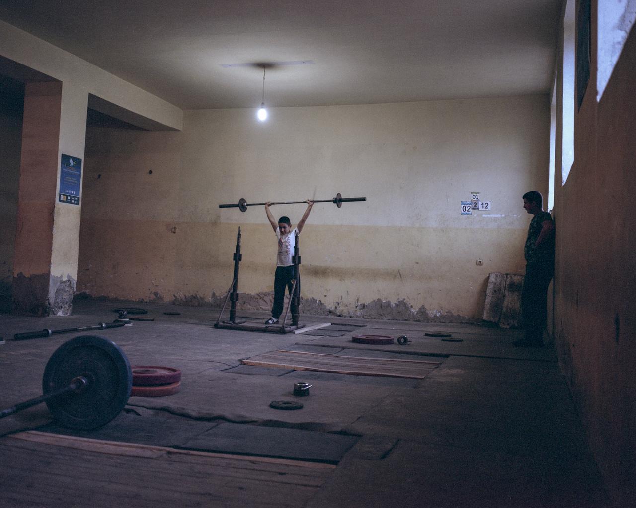 A török határhoz közeli Jrarat faluban edzenek a jövő reménységei. Innen származik és edz a mai napig Szimon Martiroszjan, aki 2018-ban nyert aranyérmet az asgabati súlyemelő-világbajnokságon, világrekordot felállítva. A falon a világversenyekről hazahozott rajtszámai láthatóak.