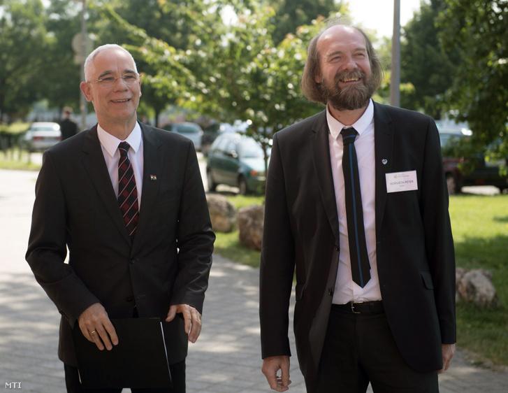 Balogh Zoltán az emberi erőforrások minisztere és Horváth Péter, a Nemzeti Pedagógus Kar elnöke 2017. május 22-én az NPK országos konferenciáján