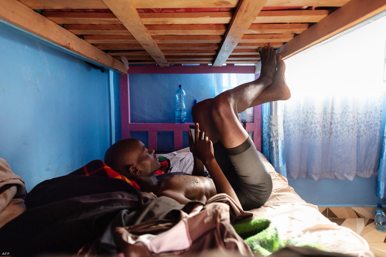 A kenyai sikerek titkát mindenki meg akarja fejteni. Született is már jó néhány magyarázat rá. Ezek egy része könnyen igazolható is. Sok futó gyerekkorában azzal alapozza meg állóképességét, hogy órákat gyalogol vagy fut tanyájukról a távoli iskolába. A magaslaton, kétezer méter felett élő atléták fiziológiás előnyt is élveznek az oxigénszegény környezet miatt, ha tengerszintre mennek versenyezni, ott jobb az oxigénfelvevő képességük. Arra is sokan hivatkoznak, hogy a sok futó miatt, éles a versenyhelyzet, edzéseken is hajtják és motiválják egymást. Ezt használják ki azok is, aki beköltöznek valamelyik edzőtáborba.