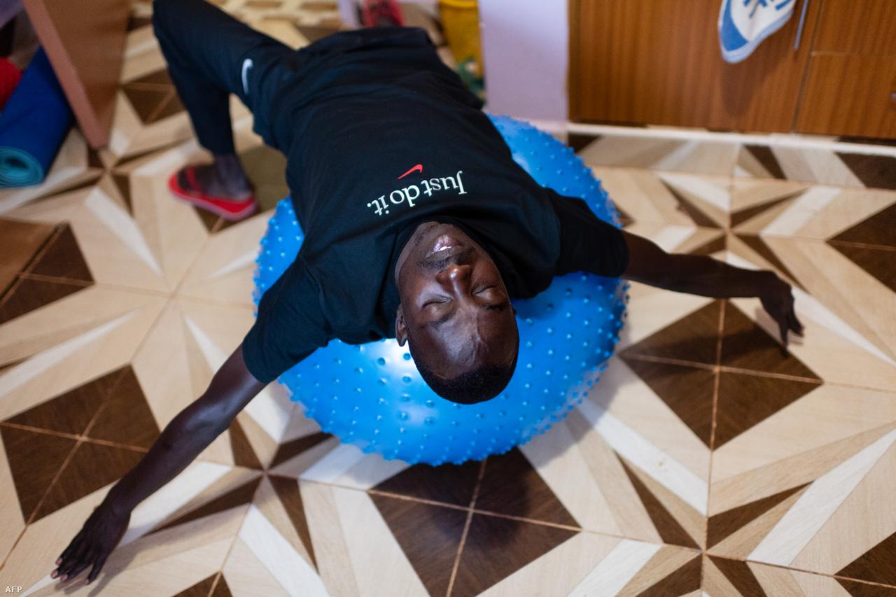 A kenyai stílusú élet egyre népszerűbb az európaiak körében is. Az év nagy részében itt él a maraton-Európa-rekordot futó norvég Sondre Norsted Moen és a sváci öt kilométeres világrekorder Julien Wanders is. Ők viszont nem táborokban laknak, hanem saját házukban, csak az edzéseken csatlakoznak a helyiekhez. Rift Valley-ben megfordult az ötszörös olimpiai bajnok Mo Farah és a női maratonvilágcsúcstartó Paula Radcliffe is, a kenyai klasszisokat pedig végetláthatatlanul lehetne felsorolni.