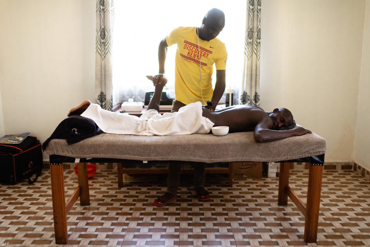 A jobb edzőtáborokban ma már teljes állású fizioterapeuták is dolgoznak, általában egy masszőrre tíz futó jut. Azok a futók, aki saját házat vagy lakást bérelnek, külön masszőrt is fogadnak.