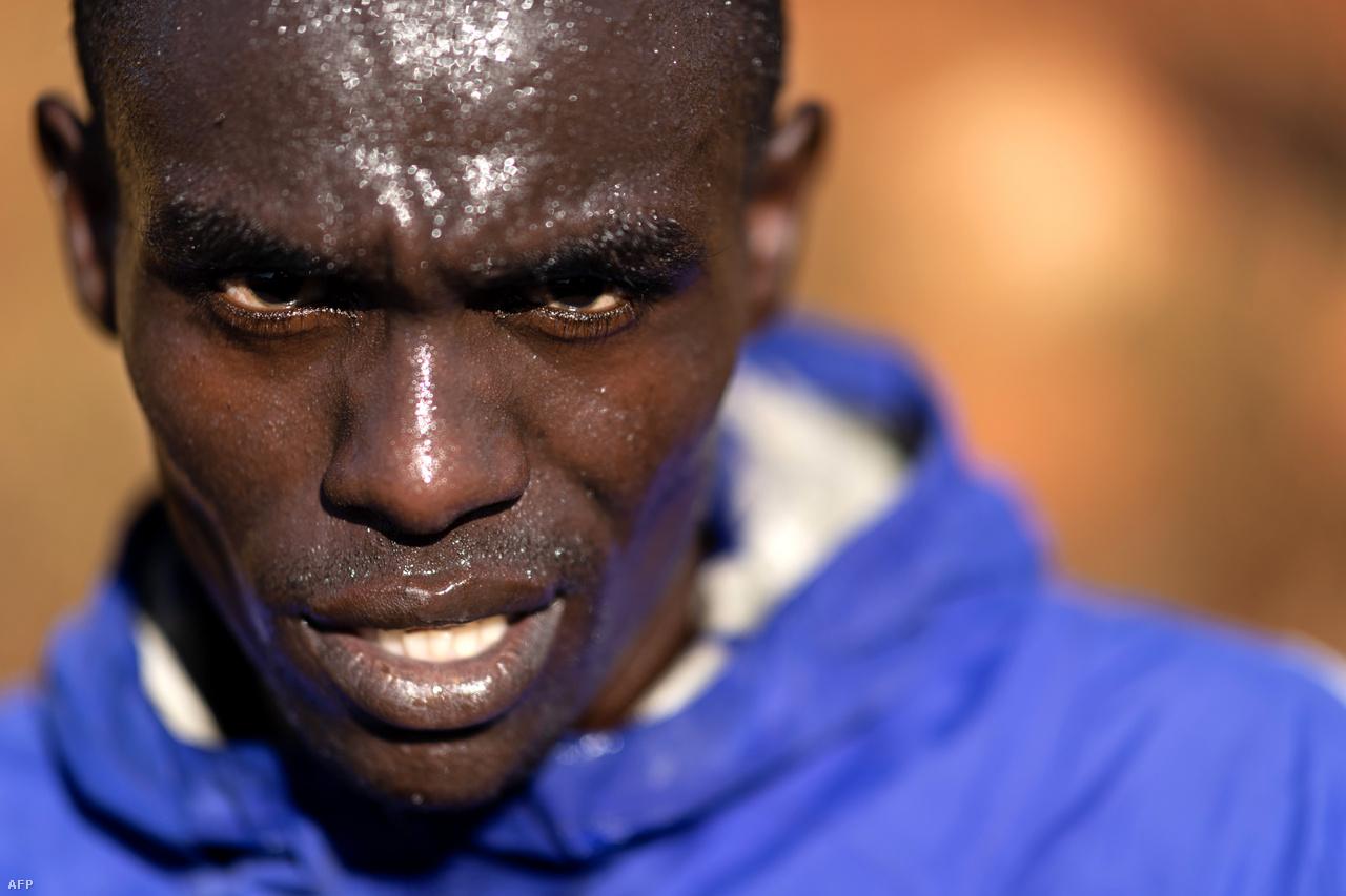 """Kenya 1964-ben nyerte első olimpiai érmét futásban, de csak az 1990-es évektől kezdte igazán dominálni a hosszú- és középtávfutást. Edzőtáborokat az 1970-es évek végén kezdtek építeni a ír misszionárius-edző, Colm O'Connel kezdeményezésére. Ma már Kenya-szerte több mint száz edzőtábor működik. A 2400 méter magasan lévő Itent sokszor """"A bajnokok otthonaként"""" emlegetik."""