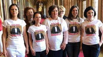 A Parlament folyosóján fogócskáztak Pócs Jánossal az ellenzéki képviselőnők
