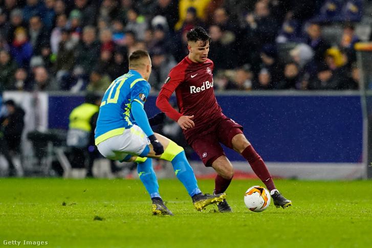 Szoboszlai Dominik (jobbra) a Salzburg - SSC Napoli mérkőzésen Piotr Zielinskivel szemben Salzburgban 2019. március 14-én