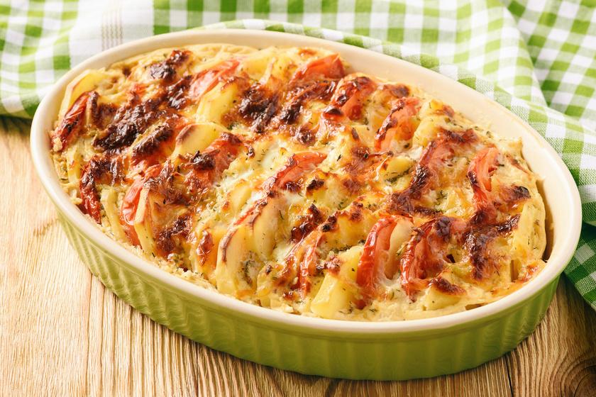 Hús nélkül is lehet finom és laktató a tepsis krumpli, a paradicsomos változat ínycsiklandó. A zöldfűszeres tejszín és a többféle sajt különleges ízt ad az ételnek. Kevés munka van vele, a végeredmény mégis felejthetetlen. Igazán vonzó lesz a fogás, ha a krumplit állítva teszed a tepsibe.