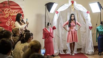 Roma lányok által megálmodott ruhák kerültek a kifutóra