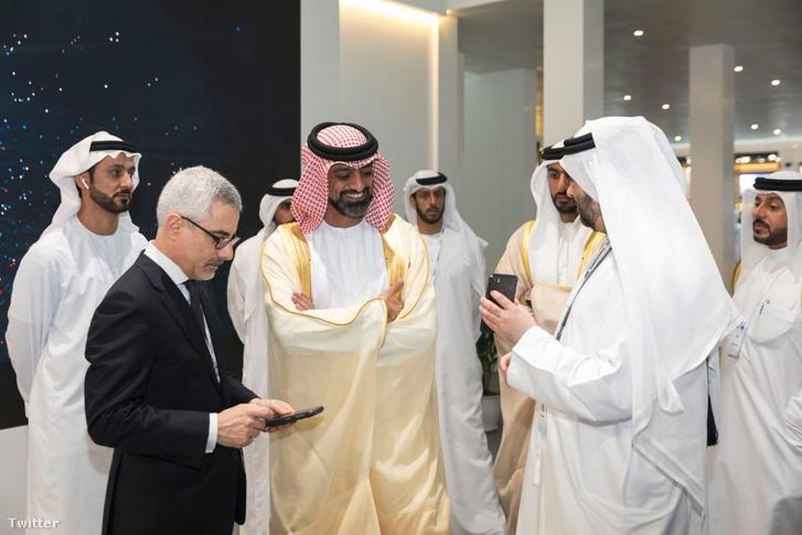 """Karim Sabbagh, a DarkMatter Group vezérigazgatója és a cég vezetősége a KATIM® R01 """"a világ első ultrabiztonságos mobiltelefonjának"""" bemutatóján az IDEX2019 nemzetközi védelmi konferencián Abu-Dzabiban"""