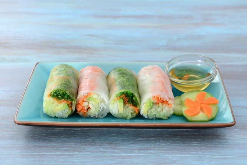 Rizspapir tésztából isteni nyári tekercs készíthető, csak némi friss zöldség kell hozzá. Az összetétel ízlés szerint változtatható, de a lényeg, hogy vékony csíkokra szabdald az összetevőket. Kerülhet bele avokádó, uborka, hagyma, répa, káposzta vagy bármi, ami még eszedbe jut.