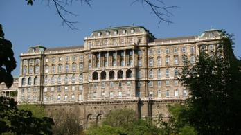 Életveszélyes liftek, alulfizetett dolgozók, lepusztult épület - az olvasók szerint ilyen a Széchényi Könyvtár