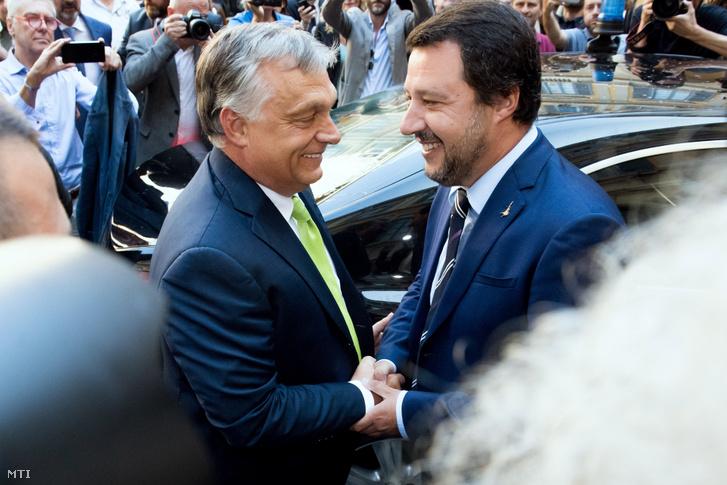 Matteo Salvini olasz belügyminiszter (j) fogadja Orbán Viktor miniszterelnököt a milánói városházán 2018. augusztus 28-án.