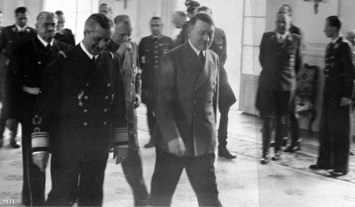 Horthy Miklós, a Magyar Királyság kormányzója és Adolf Hitler német kancellár találkozója 1943. április 16-án a Salzburg melletti Klessheim-kastélyban