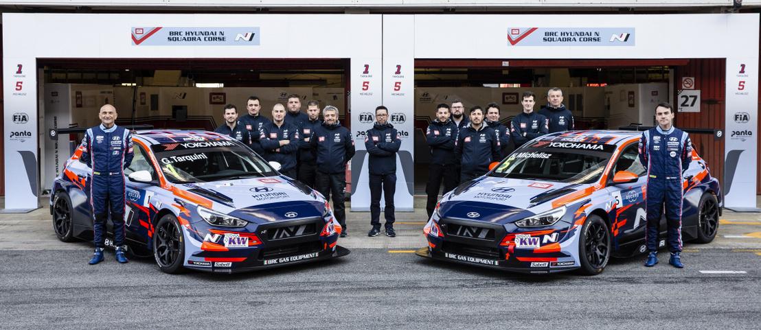 Gabriele Tarquini és Michelisz Norbert a BRC Hyundai N Squadra Corse csapat tagjaival