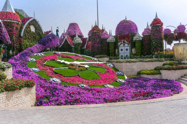 A házak többek között egy működő, 15 méter átmérőjű virágórát vesznek körbe