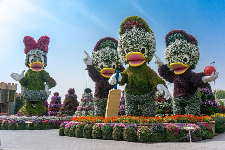 A Guinness Rekordok Könyvébe került 35 tonnás Mickey egér után a mesében szereplő barátai is helyet kaptak a kertben