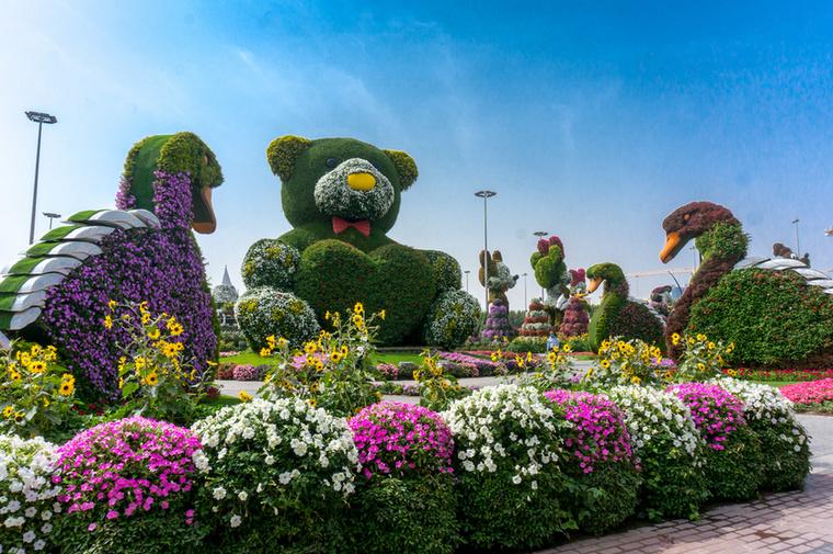 A 12 méter magas, zöld növényekből és piros-fehér virágokból álló mackó a kert egyik legújabb látványossága