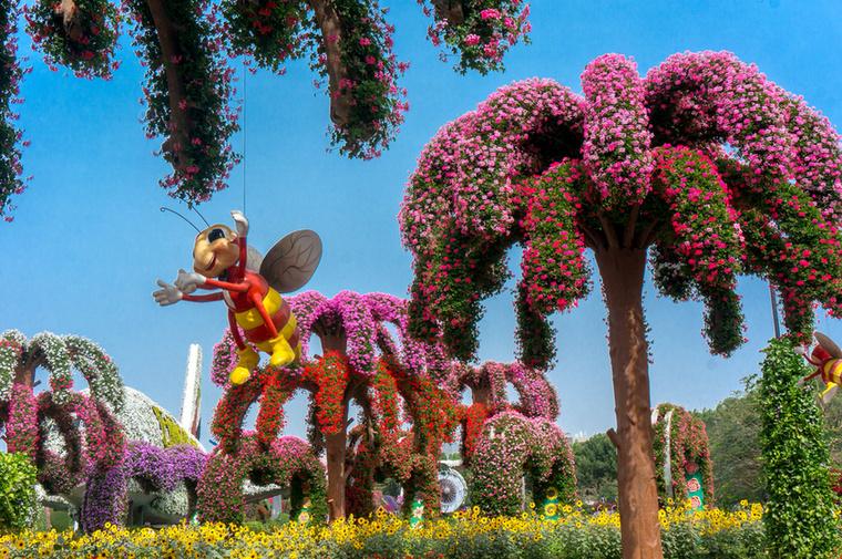 Ebben a kertben nem hihetünk el semmit a szemünknek, a virágpálmák törzse műanyagból készült – ezek is szobrok –, amikről hatalmas méhecskék lógnak alá