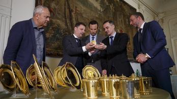 15 kilónyi aranyozott ezüsttárgy került vissza a Festetics-kastélyba