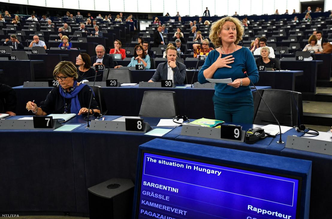 Judith Sargentini holland zöldpárti képviselő (j), a nevét viselő Sargentini-jelentés vitáján az Európai Parlament plenáris ülésén, Strasbourgban 2018. szeptember 11-én