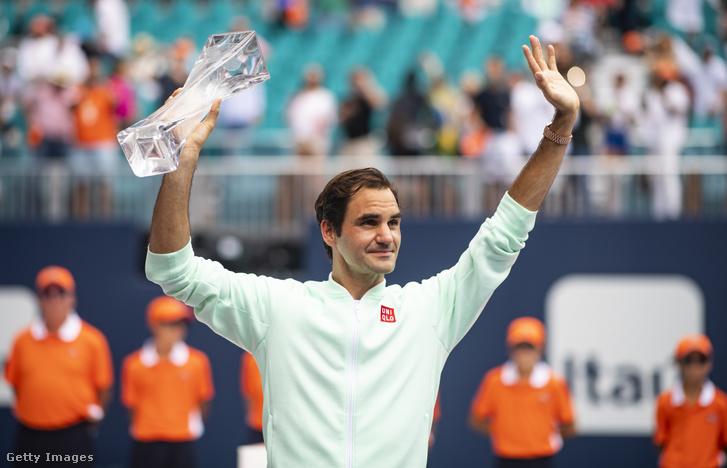 Roger Federer a Miami Open győzelmi trófeával 2019. március 31-én