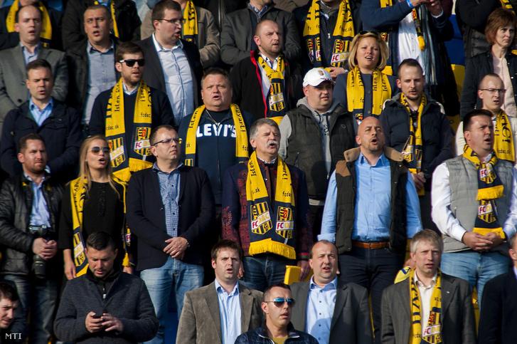 A DAC szurkolói a Himnuszt éneklik, miután a szlovák labdarúgó-bajnokságban játszott mérkőzésen csapatuk 1-0-ra nyert a Slovan ellen a dunaszerdahelyi DAC Arénában 2017. április 8-án