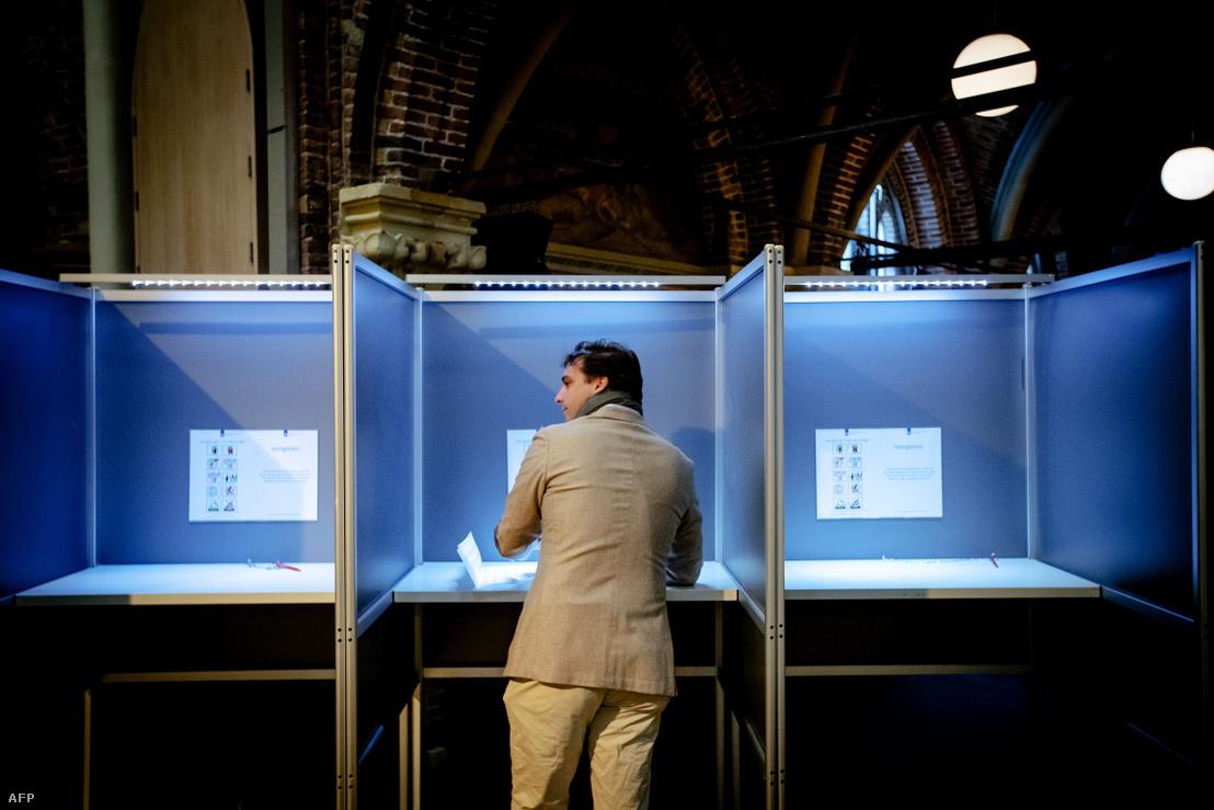 Thierry Baudet leadja szavazatát a holland tartományi parlamenti választásokon Amszterdamban 2019. március 20-án.