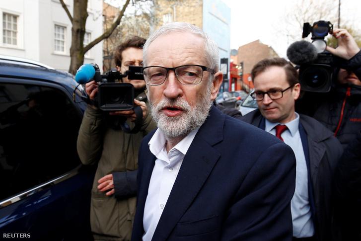Jeremy Corbyn elhagyja londoni otthonát 2019. április 3-án, hogy találkozzon Theresa May-jel