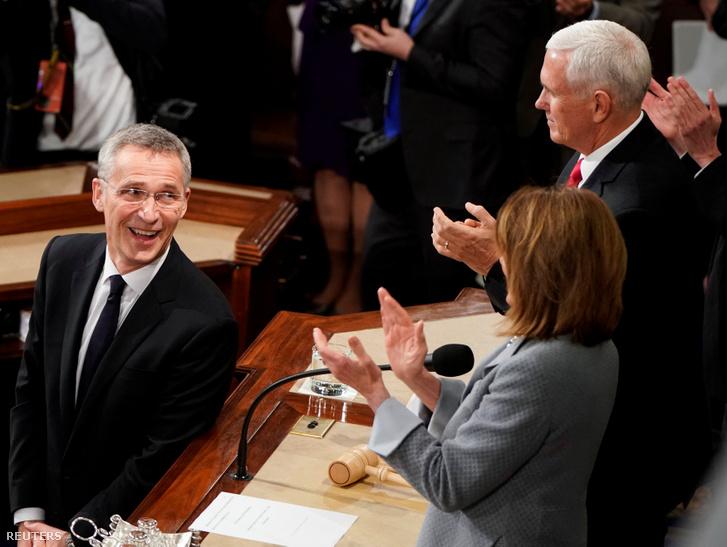Jens Stoltenberg (balra) NATO-főtitkár az amerikai Kongresszusban, mögötte Nancy Pelosi, a képviselőház elnöke és Mike Pence, az Amerikai Egyesült Államok alelnöke 2019. április 3-án