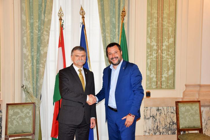 Kövér László, az Országgyűlés elnöke (b) és Matteo Salvini olasz miniszterelnök-helyettes, belügyminiszter kezet fog Rómában 2019. április 3-án