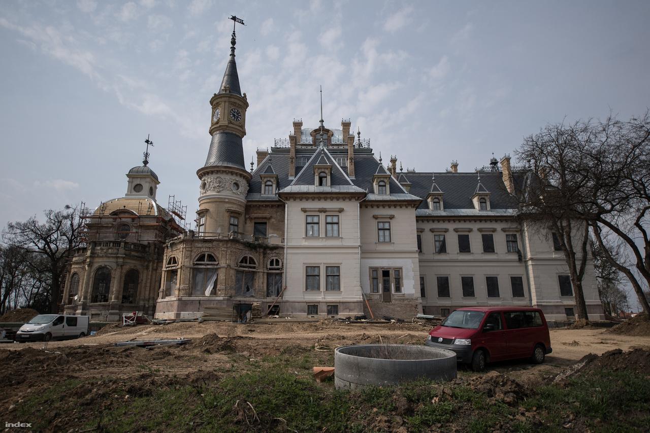 Az 1883-ban emelt épület olyan, mintha nem is kastély lenne, hanem egy hatalmas luxusvilla. Az építtetők mindent igyekeztek beletenni, ami akkoriban a kényelemhez kellett (villanyvilágítás, központi fűtés, miegymás). Na meg minden olyan építészeti elemet is, ami egy ősinek látszó kastélyhoz dukált: tornyok, kupolák, bonyolult tetőzet, díszes homlokzatok, romantikus formakavalkád.