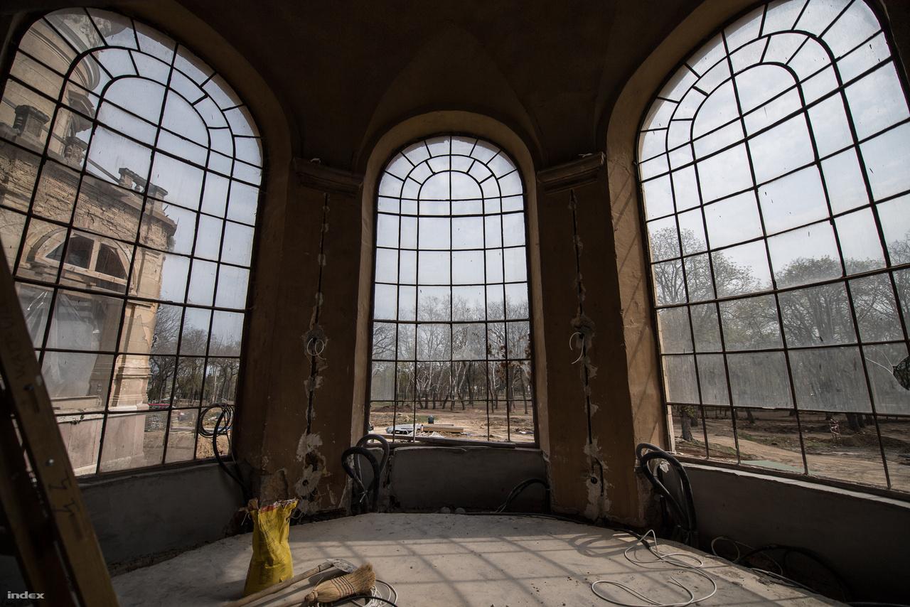 Az ablakokat korszerűbb anyagból gyártják újra, mert másképp nem lehet megoldani a szigetelést. Természetesen ugyanígy fognak kinézni, de ezt akkor is nagyon sajnálom. Itt valószínűleg egy reggeliző hely lesz kialakítva.