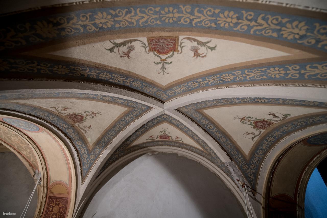 A neoreneszánsz motívumokat Scholtz Róbert készítette. Neki köszönhetjük az Operaház díszítőfestését is. Az épület a tervek szerint nyárra elkészül, és ősztől már mint hotel fogadhatja a vendégeket.
