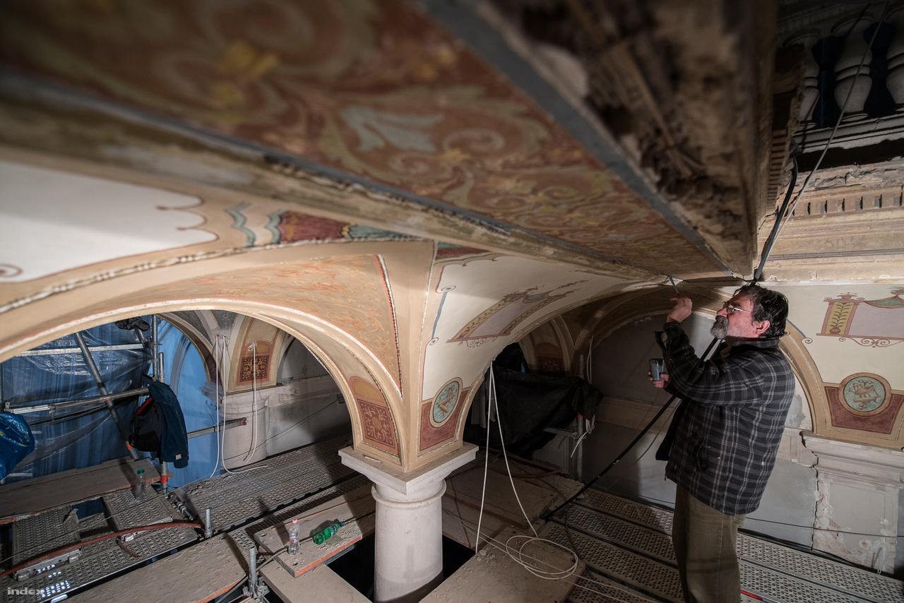 A bejárati tér mennyezete: állványokon folyik a restaurálás. A Herling Zsuzsa vezette restaurátor csapat 4-5 hónap alatt állítja helyre az eredeti faldíszítményeket.
