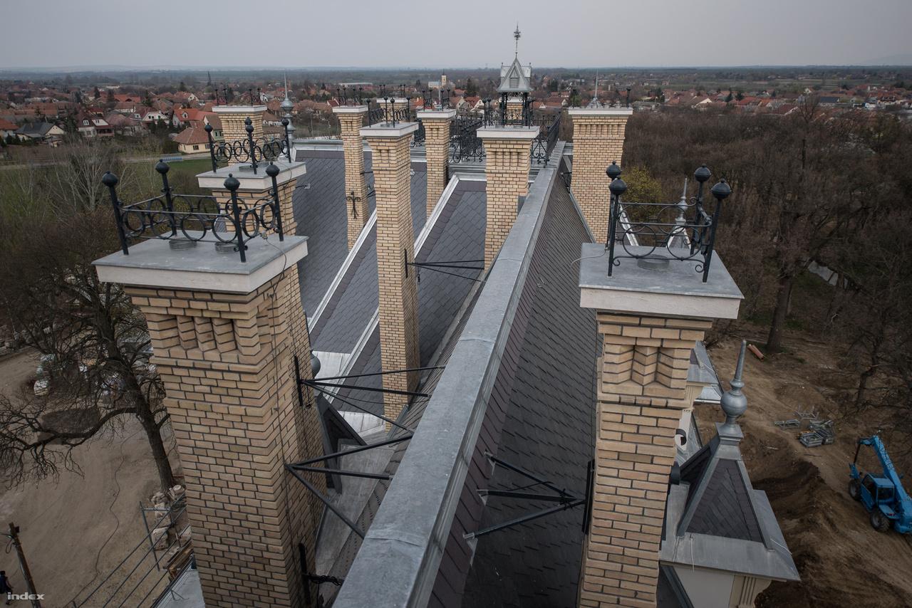 Kéményerdő a tetőn. A húsz, tégláról téglára újjáépített kéményből négy kap légtechnikai funkciót, a többi dísz.