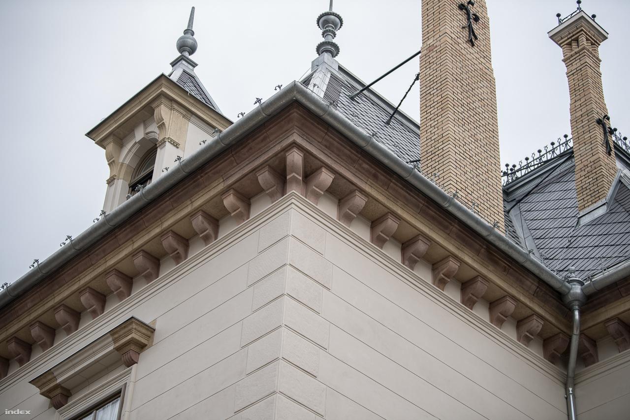 Helyreállított fémelemek a tetőn. Látszik, hogy a kőelemek kétféle anyagból készültek. Elsőre olyan, mintha restaurálták volna, és más kővel pótolták volna a hiányzó részeket.