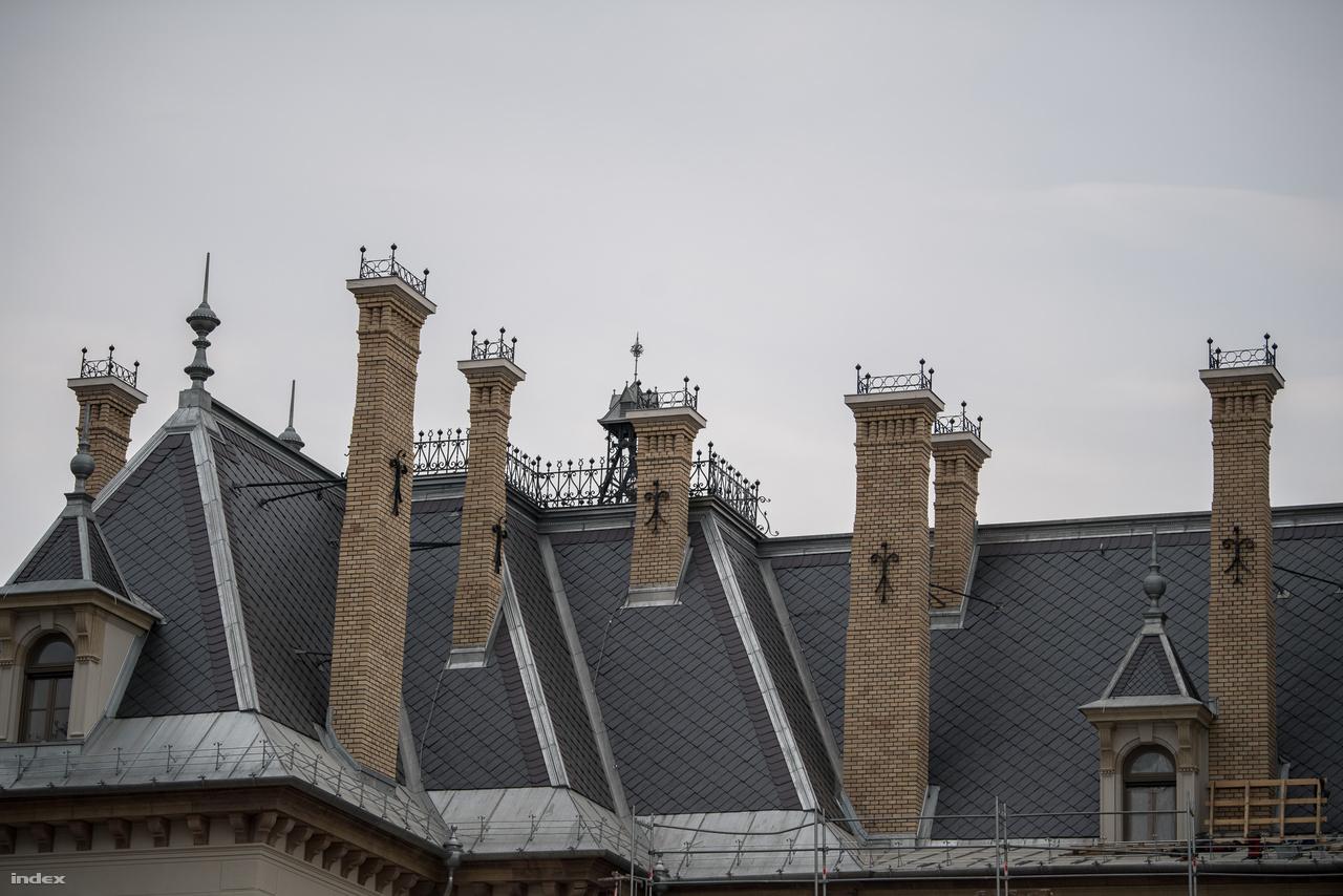 A tető helyreállításához ugyanabból a bányából hozatták a palát, ahonnan az 1800-as évek végén. A kéményeknél érdemes megfigyelni az úgynevezett vonóvasakat, amelyeket szintén restauráltak. Ezek azoknak a rudaknak a díszes végei, amelyek a kéményeket rögzítik a tetőhöz.