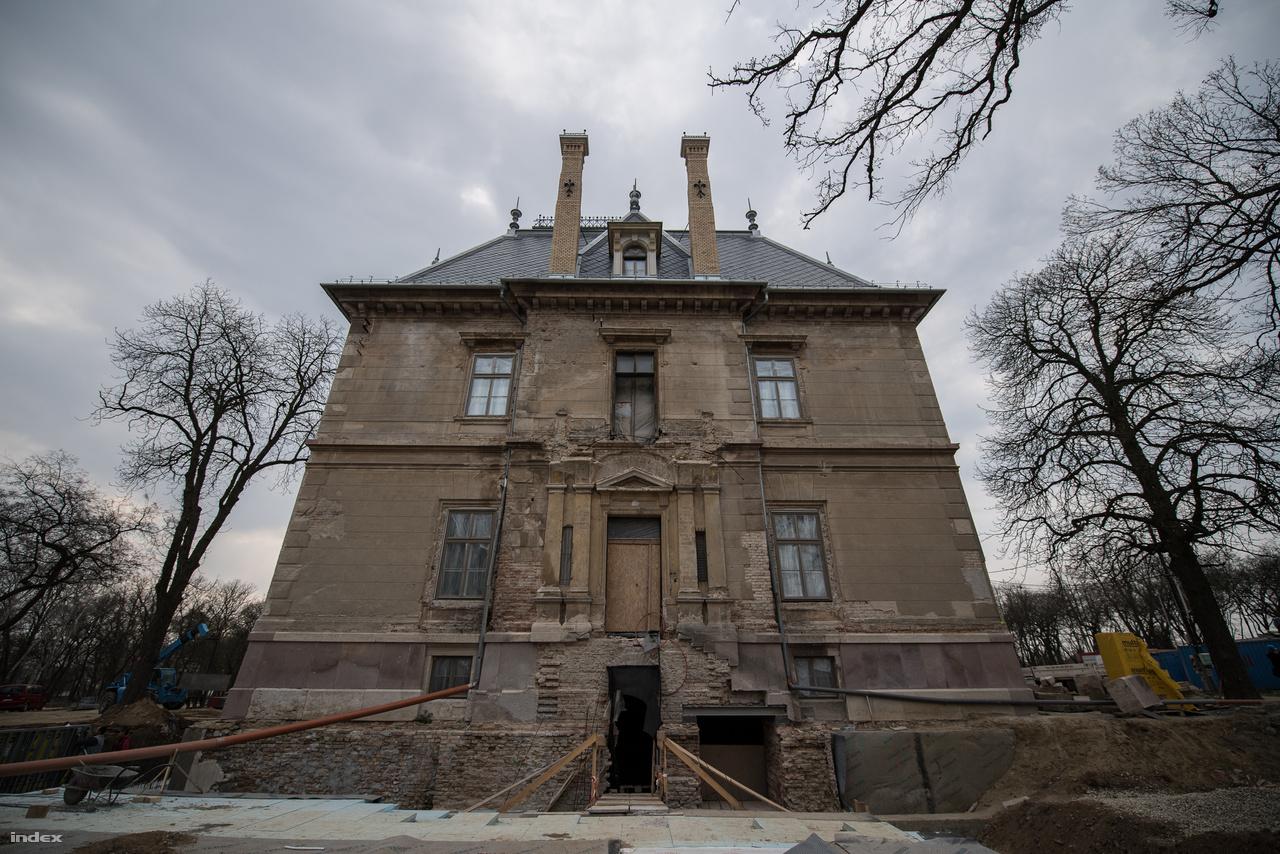 Ebből az irányból és két felhajtó, valamint egy kőerkély tartozott a kastélyhoz. Ezt ideiglenesen elbontották, és minden elemét restaurálják.                           Eközben egy földalatti bejáratot építenek a házhoz ebből az irányból, azon keresztül érkezik majd az áru a konyhára.