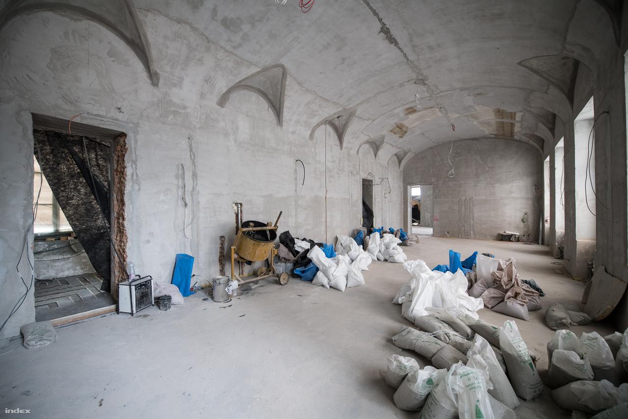 A földszinti szalonból lesz az étterem. Itt csak foltokban maradt meg az eredeti falfestés. Ez elsősorban annak köszönhető, hogy az épületet sokáig iskolaként használták, ezt a helyiséget például négyfelé falazták