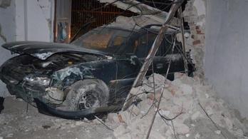Részegen, kollégája autójával menekült a rendőrök elől, áttört egy falon