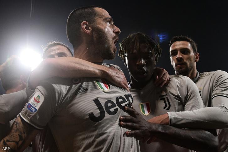 Kean a szintén gólszerző Bonuccit ünnepli Cagliariban