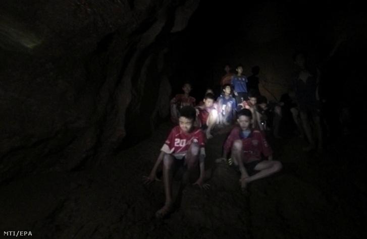 A thaiföldi hadsereg által közreadott képen a fiúk és edzőjük a Tham Luang-barlangban 2018. július 2-án, miután a mentők megtalálták a kilenc napja eltűnt ifjúsági labdarúgócsapatot az észak-thaiföldi Csiangraj tartományban fekvő Maeszaiban