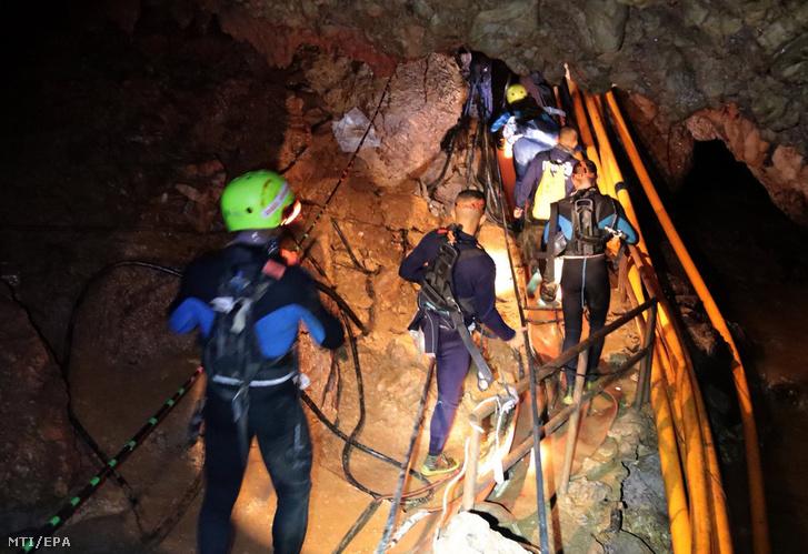 A thaiföldi haditengerészet 2018. július 7-én közreadott felvétele egy mentőcsapatról az esővízzel elárasztott Tham Luang barlangban, az ott rekedt tizenkét diák és edzője kimentésére végzett művelet közben az észak-thaiföldi Csiangraj tartományban fekvő Maeszaiban