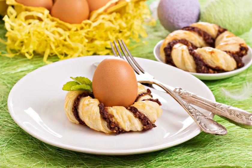 Húsvéti kakaós koszorú leveles tésztából: tojástartónak is kiváló