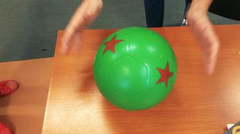 Olyan labdát oszt a gyerekeknek az MLSZ, amivel nem lehet focizni