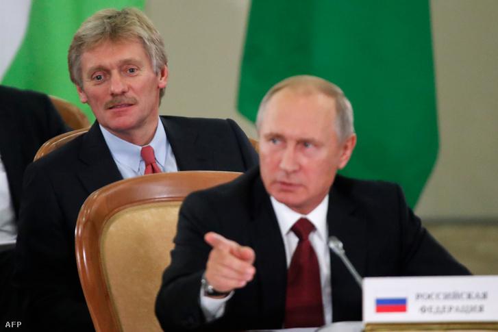 Dimitrij Peskov Putyin mögött egy sajtótájékoztatón Szocsiban 2017. október 11-én