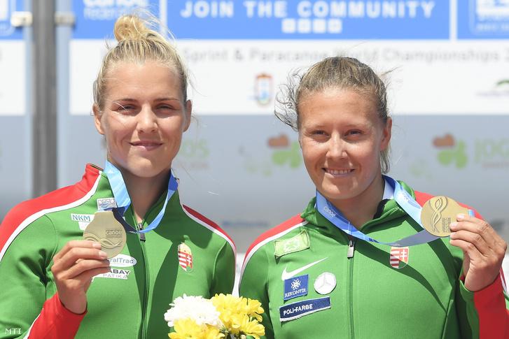 Kárász Anna (b) és Kozák Danuta mutatja aranyérmét a női kajak párosok 500 méteres versenyének eredményhirdetésén a portugáliai Montemor-o-Velhóban zajló kajak-kenu világbajnokságon 2018. augusztus 25-én.
