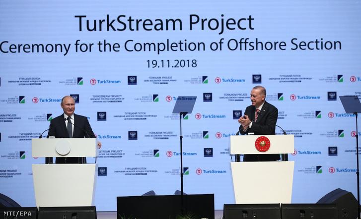 Vlagyimir Putyin orosz (b) és Recep Tayyip Erdogan török elnök a Török Áramlat földgázvezeték fekete-tengeri szakaszának befejezése alkalmából tartott rendezvényen Isztambulban 2018. november 19-én.