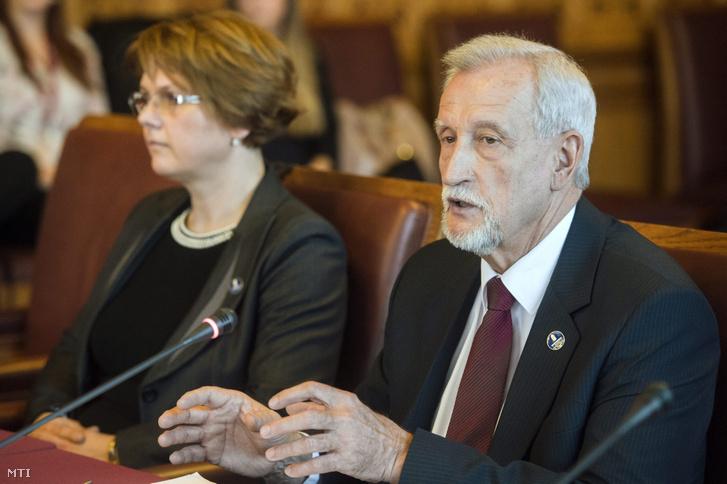 Warvasovszky Tihamér, az Állami Számvevőszék (ÁSZ) alelnöke (jobbra)