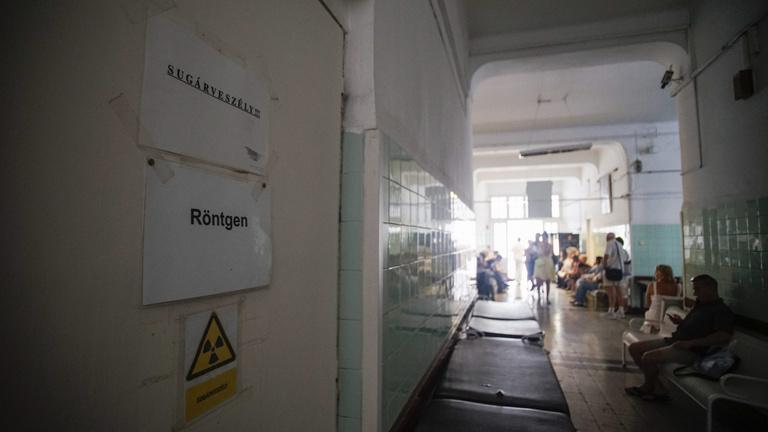 Bajban a kórházigazgatók, a kormány rászáll az adósságokra