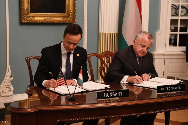 A Külgazdasági és Külügyminisztérium (KKM) által közreadott képen Szijjártó Péter külgazdasági és külügyminiszter (b) és John Sullivan amerikai külügyminiszter-helyettes aláírja a magyar-amerikai védelmi együttműködési megállapodást a NATO 70. évfordulója alkalmából rendezett külügyminiszteri értekezlethez kapcsolódóan Washingtonban 2019. április 4-én.